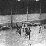Treino de voleibol no Ginásio de Esportes da ETF/SC com arbitragem do prof. Arnildo Barossi – 1985.