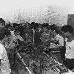 Laboratório de Física da ETF/SC com aula do prof. Júnior Biava (à direita, de óculos) – 1985.