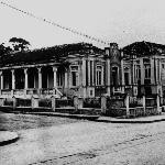 Novo prédio construído na rua Almirante Alvim e, à esquerda, prédio da antiga casa do Cel. Pereira e Oliveira na rua Presidente Coutinho.