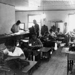 Oficina de Alfaiataria da Escola Industrial de Florianópolis, com mulheres na turma – 1955. As primeiras mulheres foram admitidas em 1950.